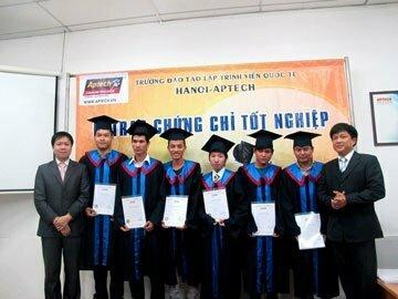 Hanoi-Aptech chúc mừng các tân cử nhân trong ngày tốt nghiệp