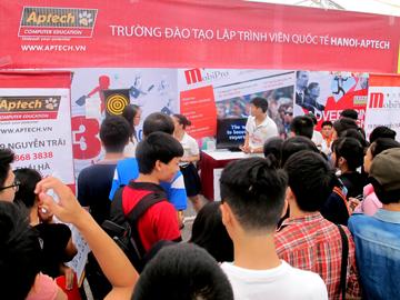 Hanoi – Aptech tạo dấu ấn riêng tại hội chợ sinh viên Đại học Kinh tế Quốc dân